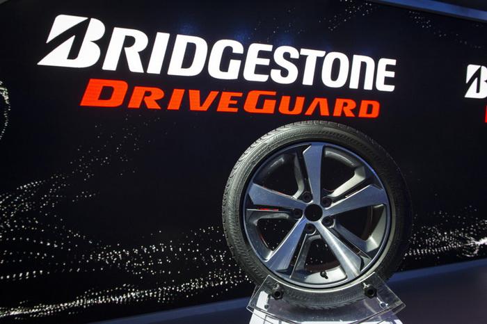 Bridgestone выпускает новые безопасные после прокола шины DriveGuard