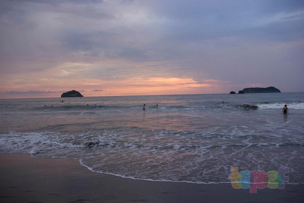 Тест драйв шин Кордиант All Terrain в Коста-Рике. Люди купаются