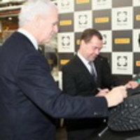 Дмитрий Медведев оставил автограф на шине Pirelli Ice Zero